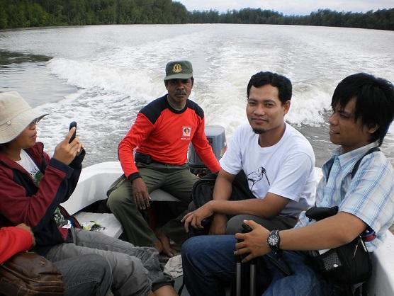 Menjelajah sungai di dalam mangrove dengan katinting/ boat (Sugiarto, 2010)