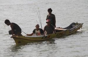 Pak Gusti dkk memilih lokasi memancing di Togo.