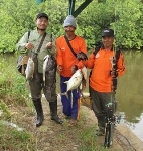 Bersama Pak Tamsar menenteng kerapu, ikan putih dan ikan pari yang berhasil dikalahkan setelah adu tenaga.