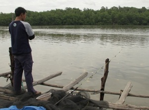 Putu Sutarya memilih lokasi bagang kampung Muara Lanowulu.