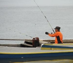 Pemancing juga dapat memanfaatkan perahu untuk memancing.